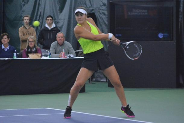 Bianca Vanessa Andreescu hits a backhand return against Catherine Bellis during the final of the 2016 Coupe Banque Nationale. | Photo: Tennis Canada