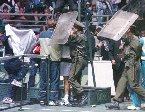 La serie del 2000 terminó con un escándalo fuera y dentro de la cancha | Foto: Olé.