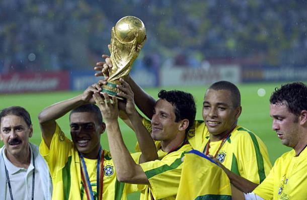 Kléberson (E), levantando a taça da Copa do Mundo em 2002 (Foto: Bob Thomas / Getty Images)