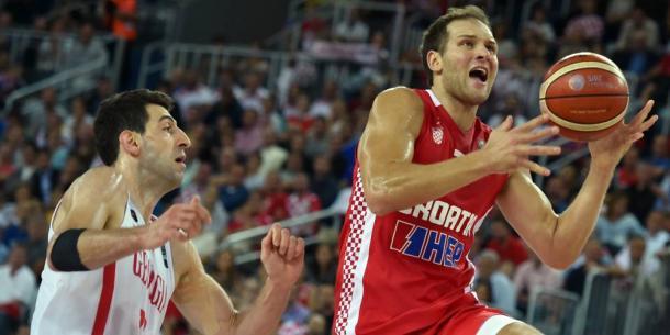Bojan Bogdanovic, líder del equipo croata, lanzando frente a Tornike Shengelia (Foto: Andrej Isakovic)