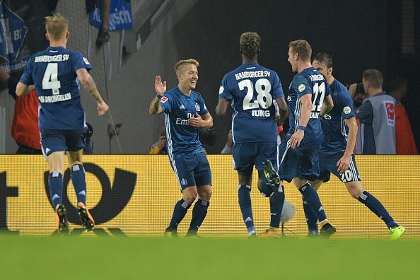 Jogadores comemorando o gol de Lewis Holtby no 3 a 1 sobre o Koln (Foto: Bongarts/Lucas Schulze)