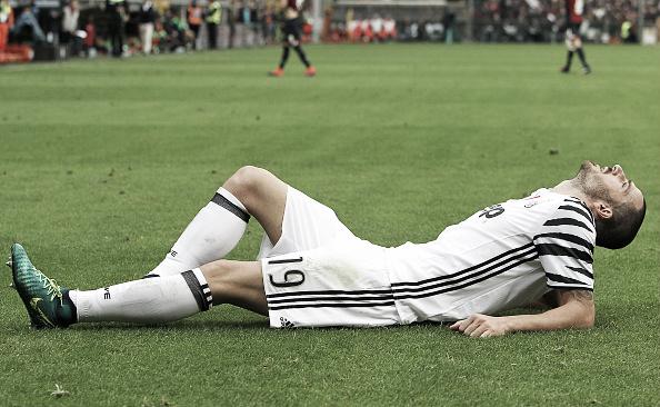 Momento que Bonucci sentiu, aparentemente, uma lesão na coxa esquerda (Foto: Marco Luzzani/Getty Images)