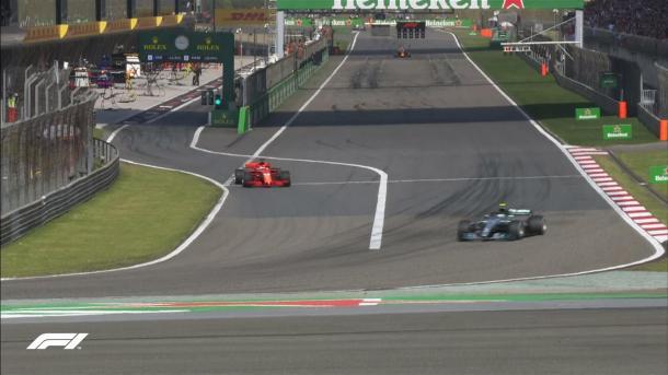Momento em que Bottas tomou a posição de Vettel nas paradas para assumir a ponta (Foto: Reprodução/F1)