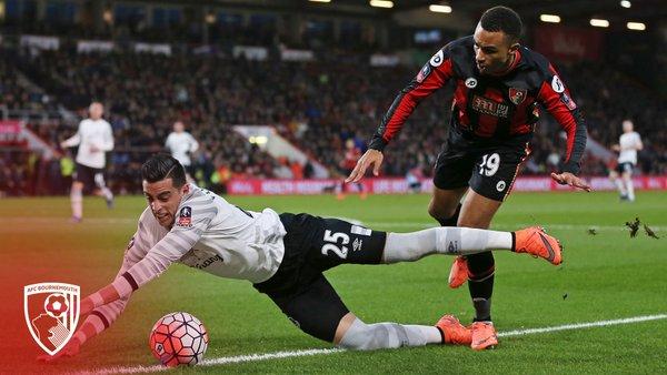 Stanislas y Funes Mori luchan el balón en un partido | Foto: AFC Bournemouth