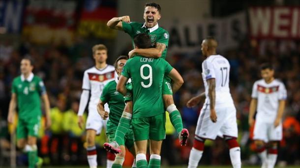 Shane Long et Robbie Brady excultent au coup de sifflet final face à l'Allemagne (Source: gettyimages)