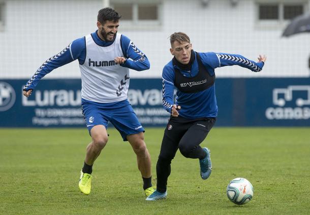 Brandon en un entrenamiento junto a Raúl Navas | Fuente: Osasuna