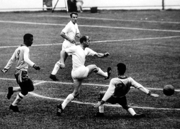 Brasil despachou Inglaterra de Bobby Charlton para conquistar bicampeonato (Foto: Popperfoto/Getty Images)