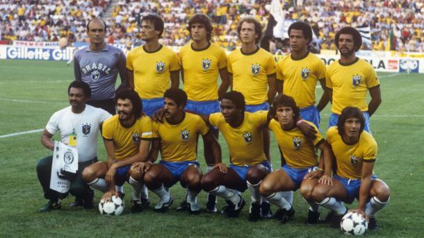 Seleção Brasileira na Copa de 1982 (da esquerda para a direita): Waldir Perez, Leandro, Oscar, Falcão, Luizinho, Junior. Embaixo: Sócrates, Cerezo, Serginho, Zico, Eder (Foto: Getty Images)