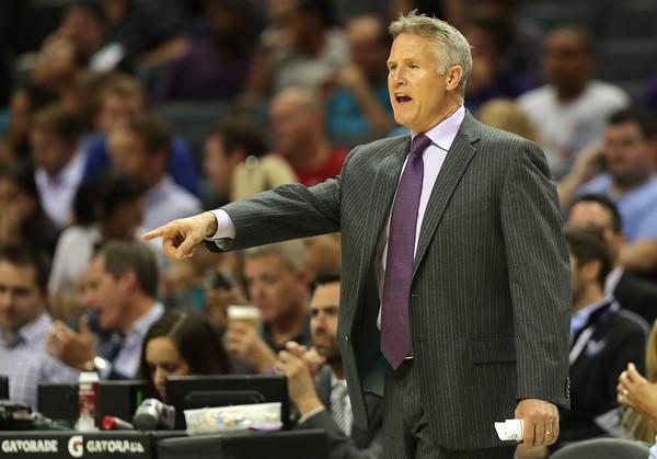 Brett Brown dirigiendo a los Sixers ante los Hornets | Foto: Getty Images