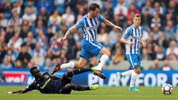 Gueye luchando un balón. Foto: Premier League