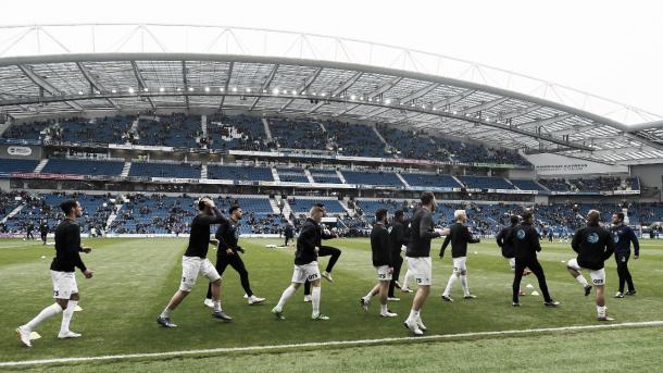 Los jugadores del Brighton hacen el pre calentamiento en su estadio. Foto: Premier League.