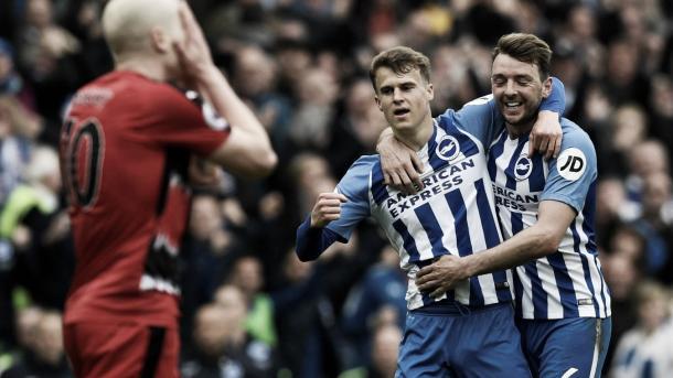Los jugadores del Brighton celebran la ventaja parcial. Foto: Premier League.