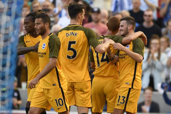 Varios futbolistas del Brighton celebran un gol de pretemporada. Zimbio
