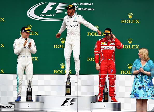 A alegria de Hamilton (centro) no pódio, com Bottas (esq.) e Räikkönen (dir.) ao seu lado (Foto: Clive Mason/Getty Images)
