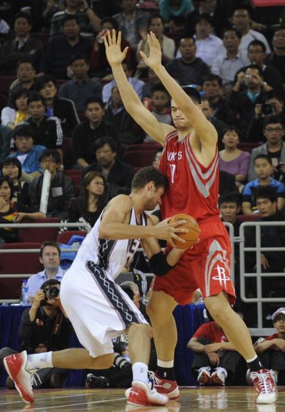 Yao Ming defendiendo a Brook Lopez. Foto: Getty Images