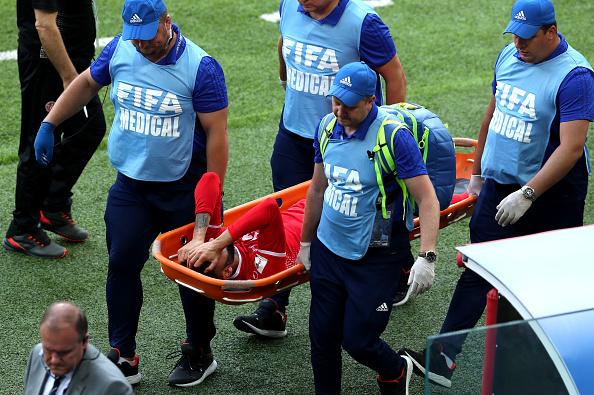 Dylan Bronn marcou o gol tunisiano, mas, poucos minutos depois saiu lesionado (Foto: Catherine Ivill/Getty Images)