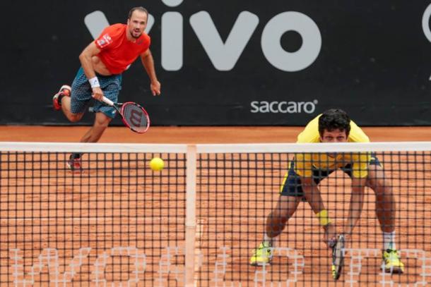 Bruno Soares (left) serves while Marcelo Melo waits (Photo: Brasil Open)
