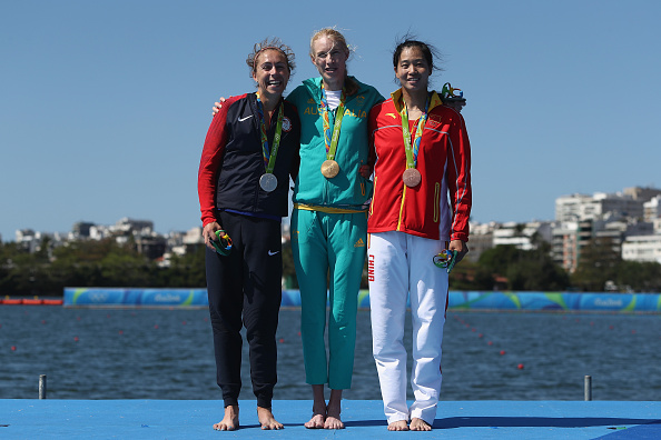 (L-R) Gevvie Stone. Kim Brennan and Duan Lingli pose after the medal ceremony (Getty/Buda Mendes)