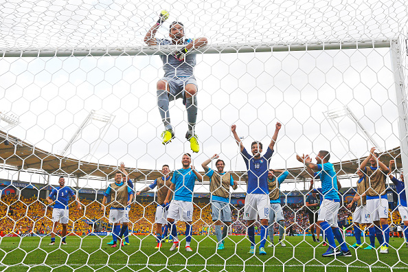 Buffon e os outros jogadores italianos celebram o triunfo contra a Suécia que os qualifica às oitavas de final da Euro (Foto: