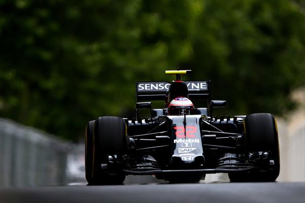 Button elogiou a McLaren, mas não descartou uma saída (Foto: Dan Istitene/Getty Images)