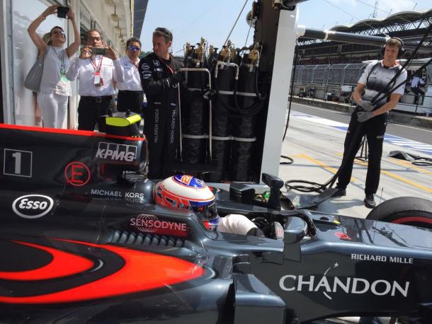 Jenson Button indo para o grid (Foto: Divulgação/McLaren)