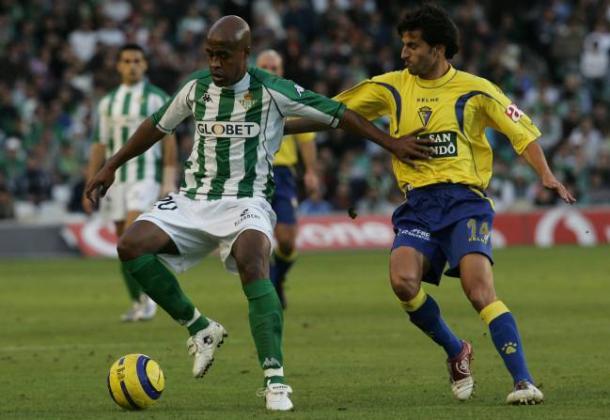 Marcos Assunçao disputa un balón con un jugador del Cádiz | Foto: Diario AS