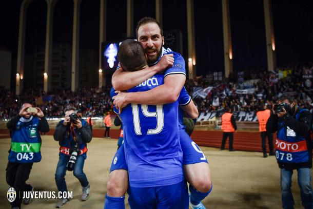 La gioia di Higuain, l'abbraccio con Bonucci.   Fonte immagine: Twitter @juventusfc