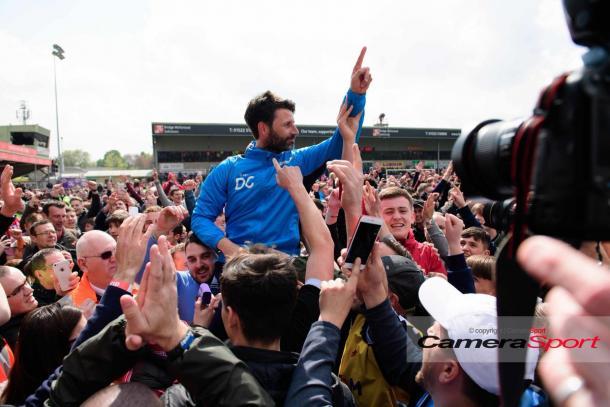 Cowley con sus seguidores. Foto: Camera Sport