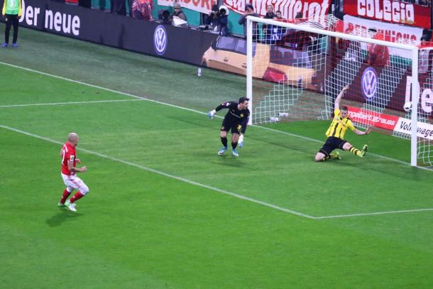 Il salvataggio di Bender su Robben. | Fonte immagine: Twitter @FCBayern