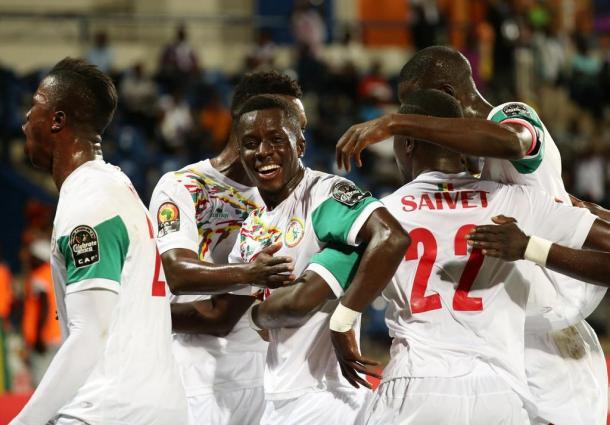 La festa di Saivet coi compagni. | Fonte immagine: Twitter @SENEGALFOOTBALL