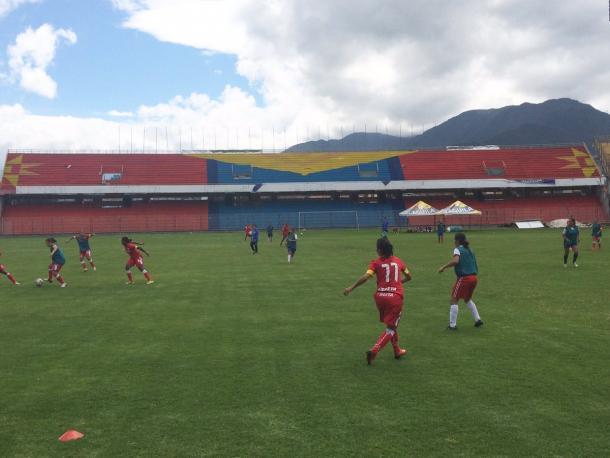 Equipo femenino entrenando en el Estadio Libertad. Fuente: Bambino Quintero.