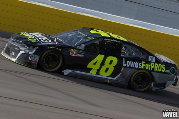 Jimmie Johnson flights to stay on the lead lap late in the race.