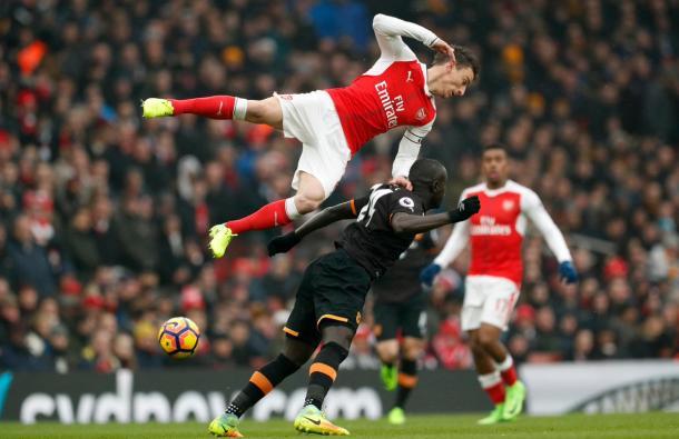 Niasse hace trabajar a la defensa de Arsenal. Foto: Premier League.