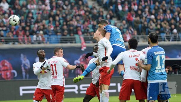 L'incornata di Papadopoulos che vale lo 0-1. | Fonte immagine: Twitter @Bundesliga