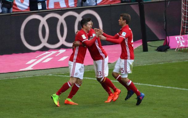 Vidal e Muller abbracciano l'incontenibile Lewandowski | Foto: @FCBayern
