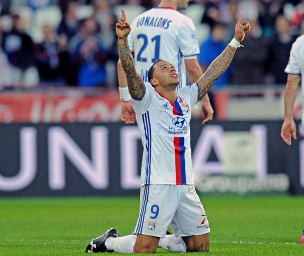 Memphis Depay celebra uno de los dos goles que anotó ante el Toulouse. | FOTO: @OL