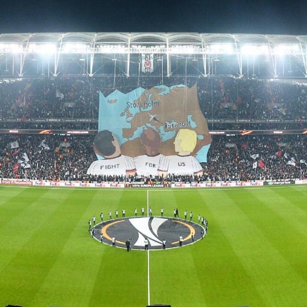 Il Besiktas crede nella finale e lo dimostra con questa coreografia. Fonte: https://twitter.com/besiktas