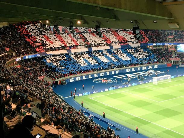 Así lucía uno de los fondos del estadio parisino antes del inicio del encuentro. Partido clave para el PSG. | FOTO: @PSG_Inside