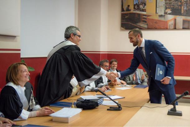 Chiellini mostrando que é possível conciliar a vida de jogador com a de estudante   Foto: Divulgação/Chiellini