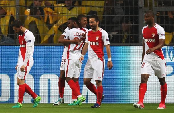 Mbappé abbraccia l'autore dell'assist Lemar | Foto: @championsleague