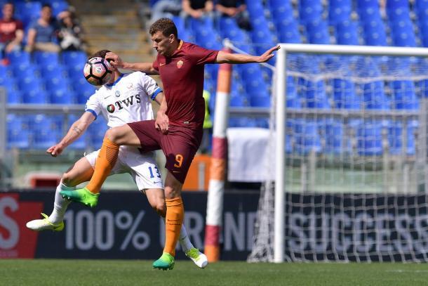 Edin Dzeko in azione contro l'Atalanta. | Fonte: twitter.com/ASROma