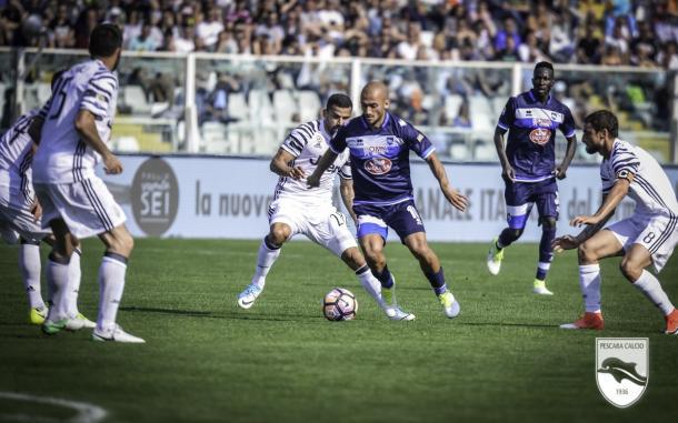 Benali alle prese con la difesa Juventina. | Fonte: twitter.com/PescaraCalcio