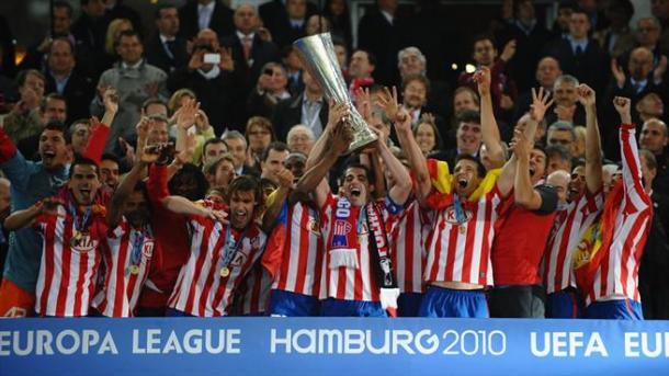Jugadores del Atlético de Madrid levantando la copa de la Europa League 2010 / Fuente: Atlético de Madrid