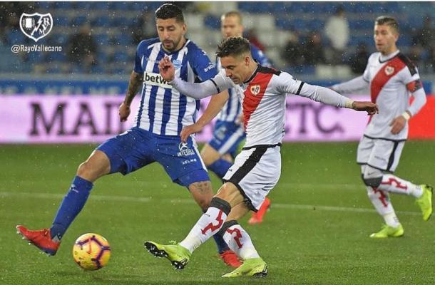 Álex Moreno golpeando el balón. Fotografía: Rayo Vallecano S.A.D