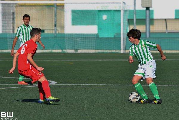 Manchón encara a un rival jugando el derbi sevillano.