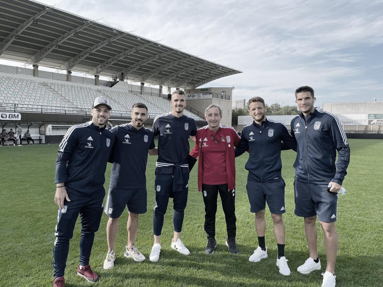 Los jugadores del CD Badajoz antes del inicio del calentamiento// Foto: CD Badajoz
