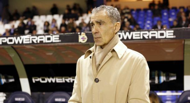 Carlos Terrazas con su gabardina en el banquillo de Riazor, la noche del histórico 0-3 en Copa. (Foto: El País)