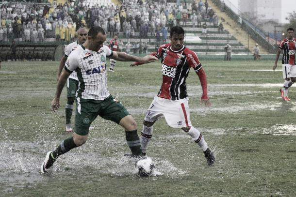 Gramado encharcado dificultou partida no primeiro tempo (Foto: Divulgação/Joinville EC)