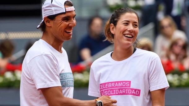 Rafael Nadal and Garbiñe Muguruza during a charity event ahead of the 2016 Mutua Madrid Open. | Photo: Mutua Madrid Open