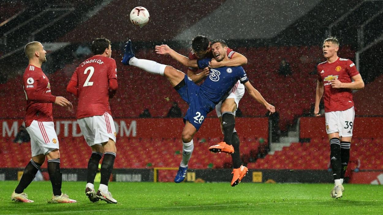 Maguire y Azpilicueta luchando por el balón bajo la lluvia. | Fuente: Premier League